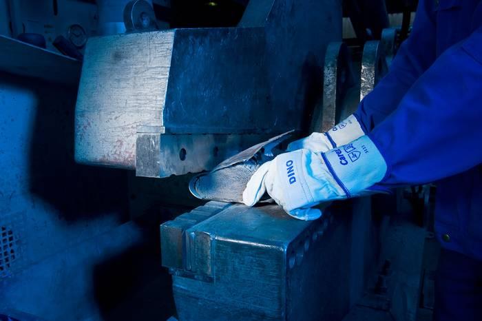 Подготовка за отваряне на предпазния капак от металния катализатор