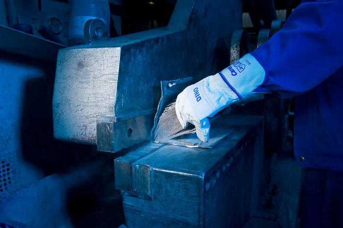 Отваряне на предпазния капак от металния катализатор