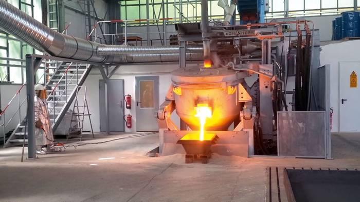 Tavící pec vypouští roztavený kov